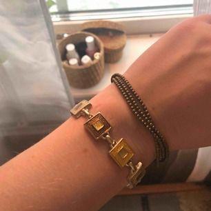 Två fina armband med guld och bruna detaljer. Antingen båda för 30:- eller 15:- st 🥰