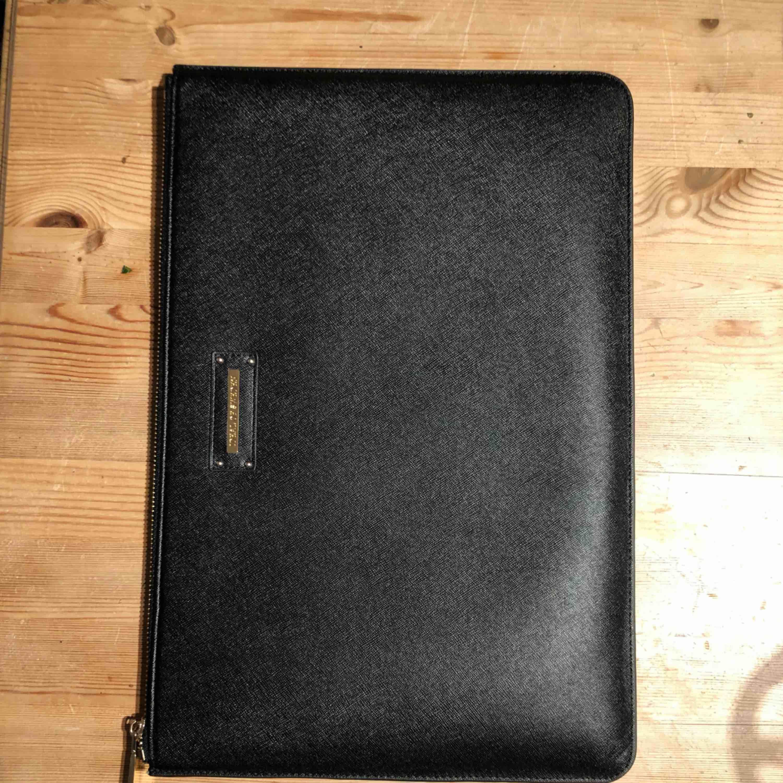 Säljer ett helt nytt svart ideal of sweden datafodral. Kan mötas upp eller frakta. Nypris 899kr. Accessoarer.