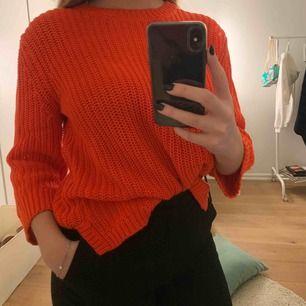 Stickad tröja från märket Levis i en supersnygg stark röd färg. Väldigt sällan använd, därav i gott skick! Köparen står för frakt🥰