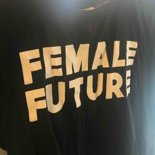 Snygg svart female future t-shirt 🥰