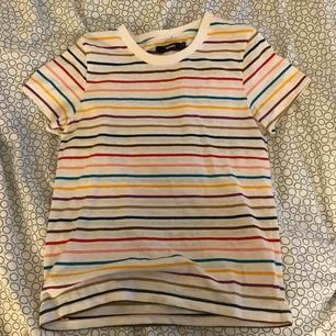 En randig t-shirt ifrån bikbok. Kommer inte till användning. Inte så mycket använd. Köparen står för frakten