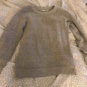 En grå tröja ifrån lager 157. Bra skick. Köparen står för frakten