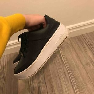 Säljer mina Nike air force 1 sage, skitsnygga men får tyvärr inte lika mycket användning som jag skulle vilja. Bra skick, köpte för 1095 kr!