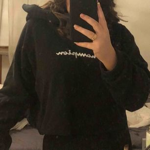 En skitsnygg vintage champion hoodie, avklippt men inte croppad, har M i vanliga fall och den går går över hela magen på mig, inga fläckar eller hål🥰