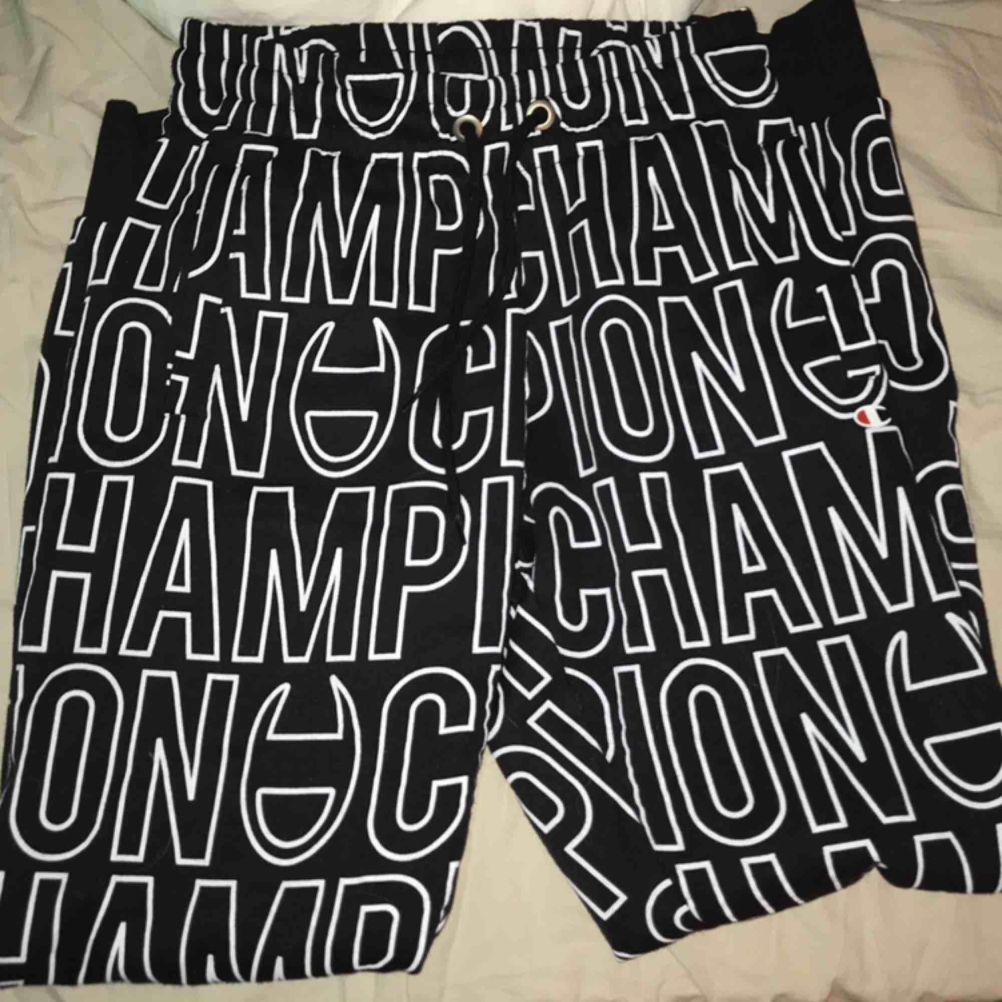 Champion mjukisar, en del av ett set som jag säljer! supermjuka inuti😍frakt tillkommer . Jeans & Byxor.