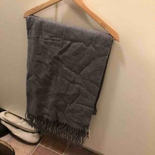 Stor halsduk, oanvänd med lappar kvar