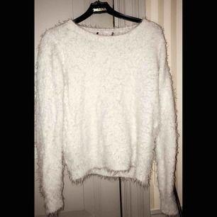 Populär fluffig tröja från Gina! Begagnat skick så säljer billigt! 🥰 skulle passa en M också för den är stretchiga och även en XS! Skriv för mer bilder eller info!