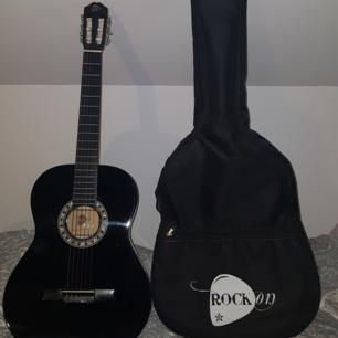 Säljer en akustisk svart gitarr samt fodral🦋 Väldigt fint skick eftersom den har varit i sitt fodral hela tiden och väldigt lite använd! Priset kan diskuteras🧚🏽♀️