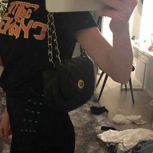 Super snygg väska med axelband man kan välja att ha kort eller lite längre