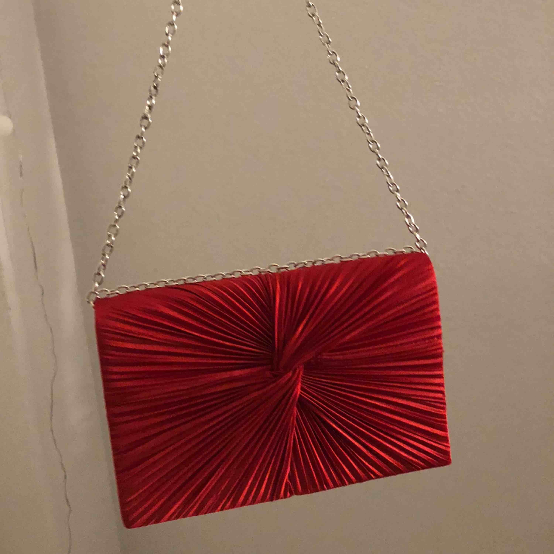 Super fin röd Väska med silver band man kan ställa in kort eller långt. Accessoarer.