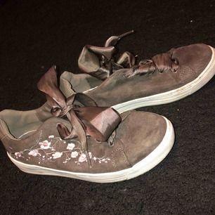 """Sparsamt använda skor i en härlig brun färg med rosa blommor som detalj💞 och """"platta"""" siden snören🤩"""