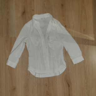 Stilren skjorta i figurnära modell. Säljs pga för liten.