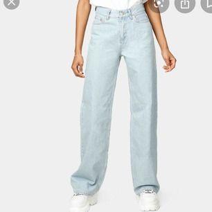 """Snygga junkyard """"wide leg jeans"""". Dem är för korta för mig då jag är (179cm) men dem sitter bra i längden för dem som är kortare än mig. (Något mörkare i verkligheten)"""