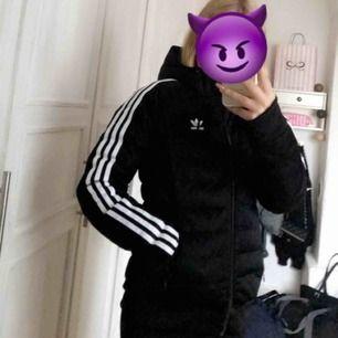 Säljer min Adidas vinterjacka då jag köpt en ny och denna bara ligger och skräpar. Använd en höst/vinter. XS/S