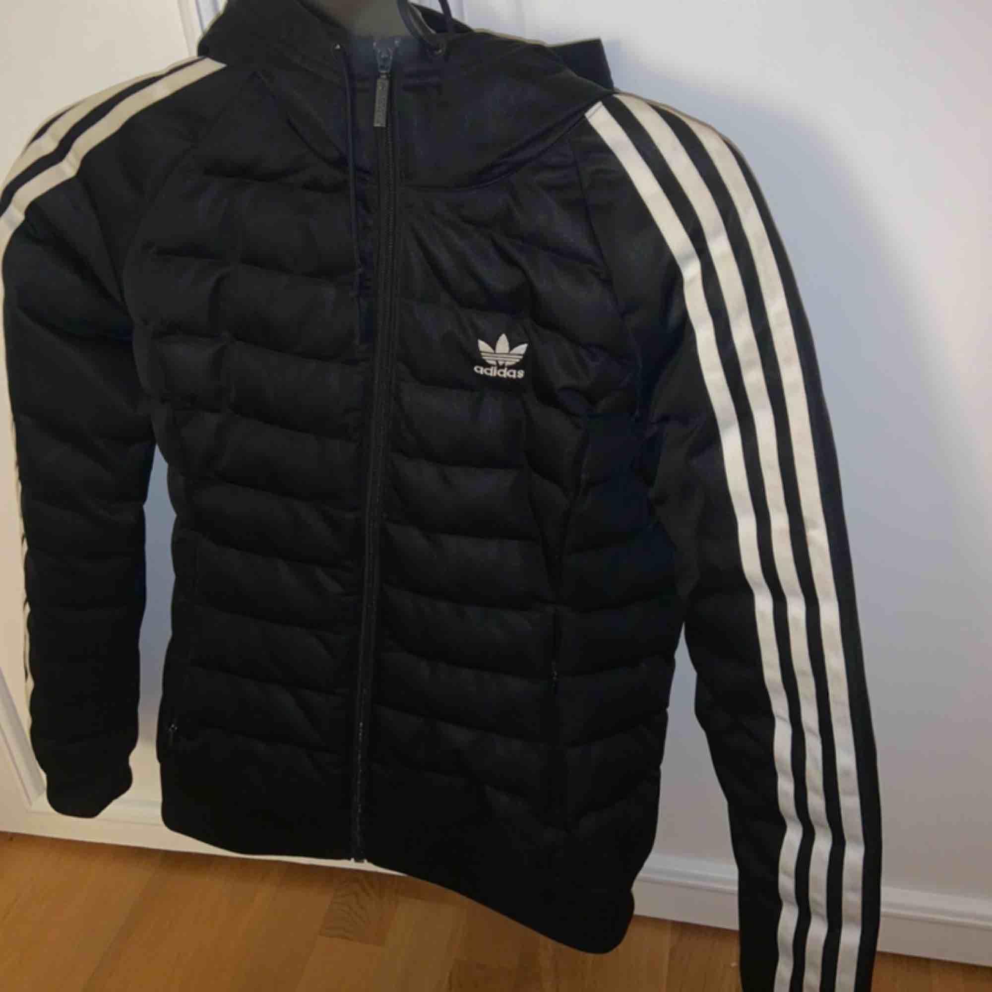 Säljer min Adidas vinterjacka då jag köpt en ny och denna bara ligger och skräpar. Använd en höst/vinter. XS/S. Jackor.