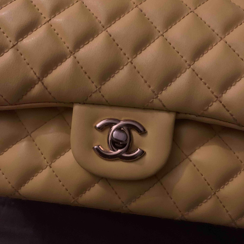 Oanvänd citrongul a-kopia i Chanel, köpt för 3 månader sen. Inga defekter eller dylikt! Möts upp i Stockholm city, annars står köparen för frakt. Accessoarer.