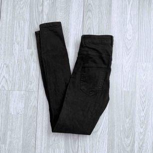 Högmidjade svarta Molly jeans från Gina Tricot storlek XS, använt men fint skick.  Möts upp i Stockholm eller fraktar.  Frakt kostar 59kr extra, postar med videobevis/bildbevis. Jag garanterar en snabb pålitlig affär!✨