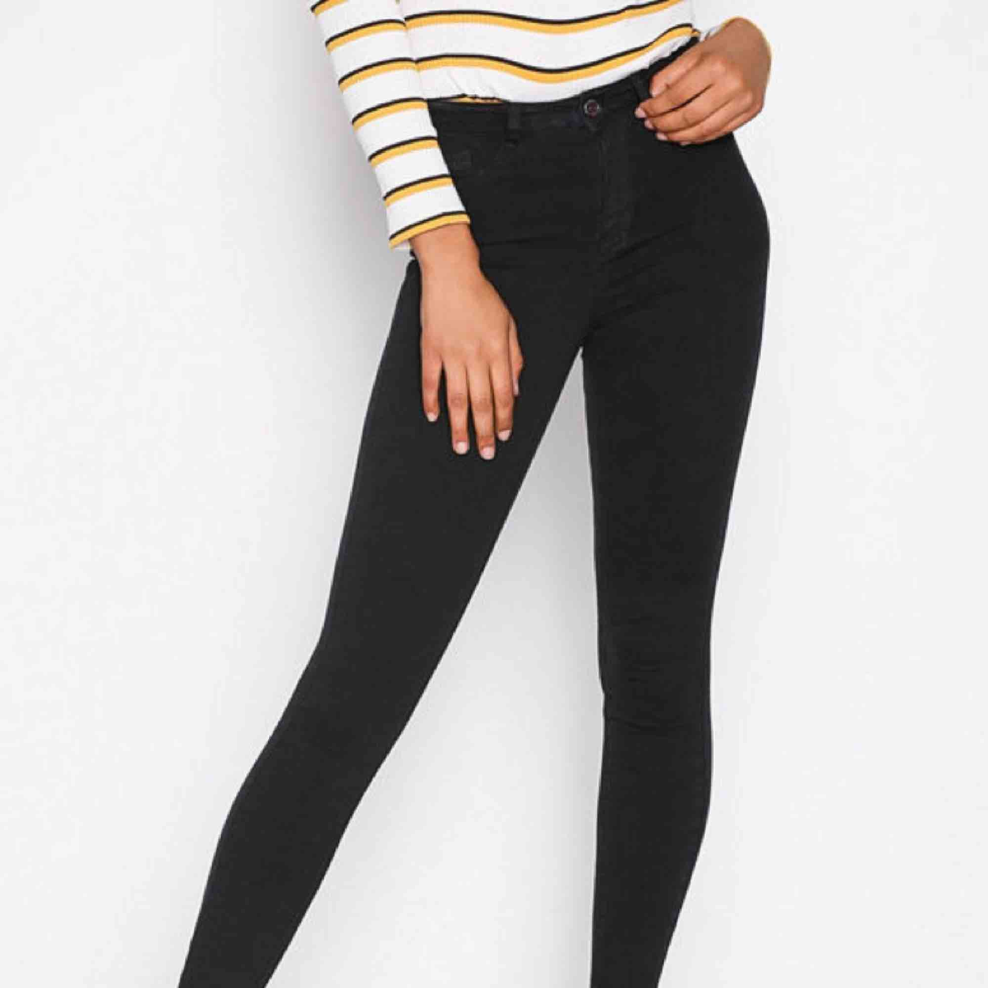 Högmidjade svarta Molly jeans från Gina Tricot storlek XS, använt men fint skick.  Möts upp i Stockholm eller fraktar.  Frakt kostar 59kr extra, postar med videobevis/bildbevis. Jag garanterar en snabb pålitlig affär!✨. Jeans & Byxor.