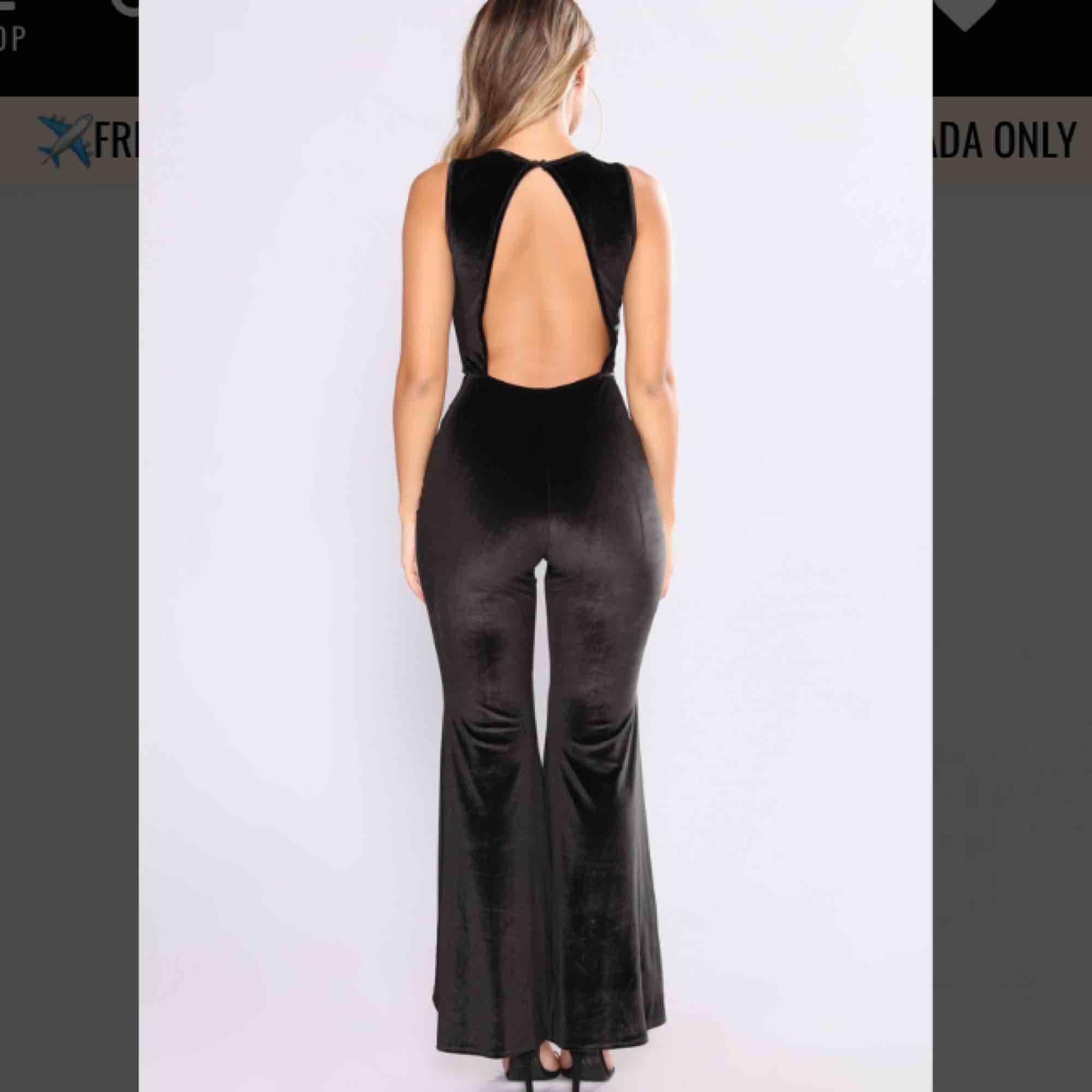 Säljer en snygg velvet, festligt jumpsuit från Fashion Nova! Köpt förra året aldrig använd, slutsåld! Storlek XS men är otroligt strecthigt så passar en som är S,M med. Jag är 160 cm och dom är lite långa på mig. 🌸🌸🌸. Jeans & Byxor.