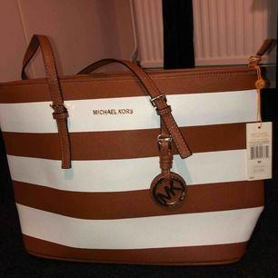 """Fake """"MK väska"""", helt ny med prislappen kvar🤩  super fin och väldigt användbar, förtjänar ett nytt hem🧡🧡"""