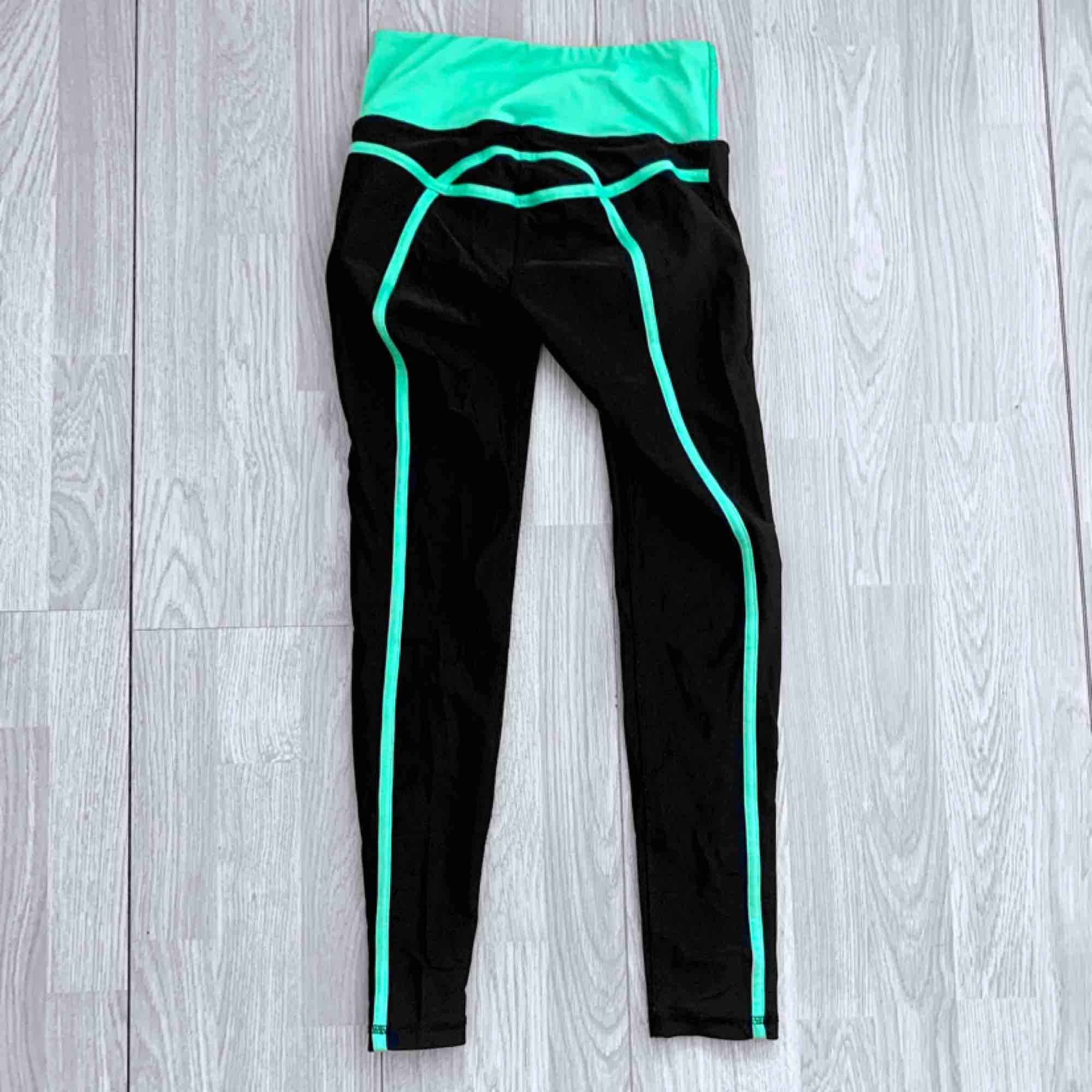 Svarta/gröna träningsleggings från DOM storlek XS, fint skick.  Möts upp i Stockholm eller fraktar.  Frakt kostar 42kr extra, postar med videobevis/bildbevis. Jag garanterar en snabb pålitlig affär!✨. Jeans & Byxor.