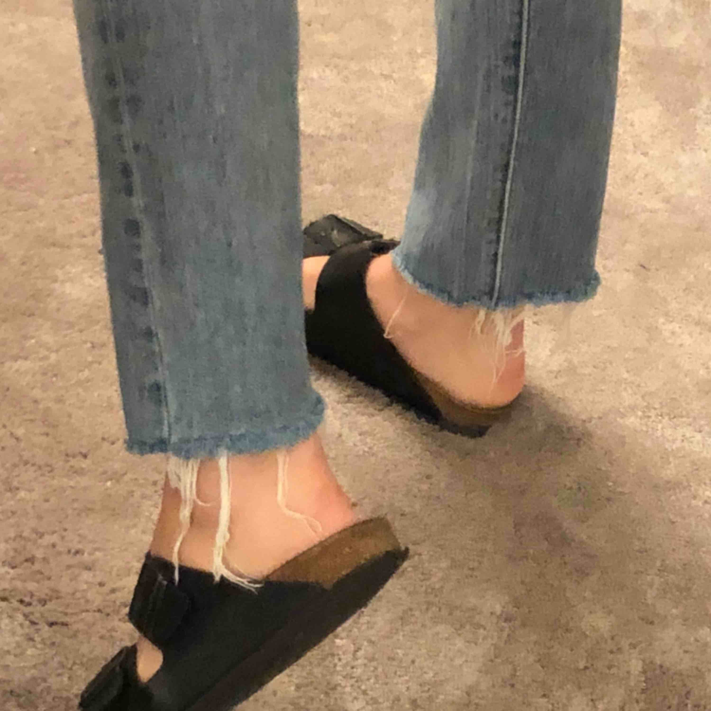 Blåa 501 Levi's jeans som e lite stretchiga. Köpte på Levis butik i New York, inte använda så mkt alls (därför jag säljer). Jeans & Byxor.