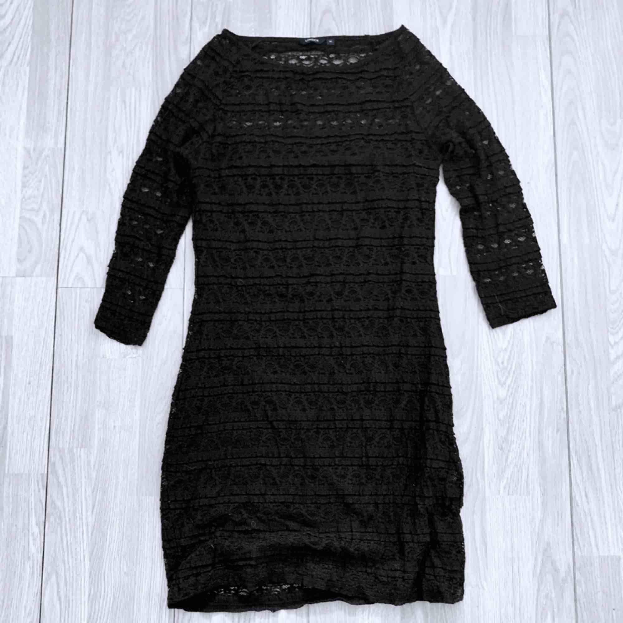Svart klänning med spetsdetaljer från Lindex storlek M, fint skick, har några lösa trådar.  Möts upp i Stockholm eller fraktar.  Frakt kostar 63kr extra, postar med videobevis/bildbevis. Jag garanterar en snabb pålitlig affär!✨. Klänningar.