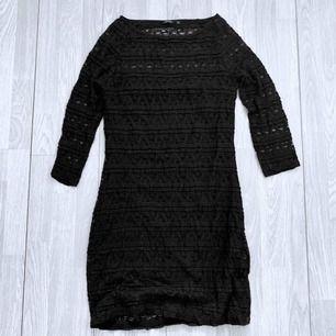 Svart klänning med spetsdetaljer från Lindex storlek M, fint skick, har några lösa trådar.  Möts upp i Stockholm eller fraktar.  Frakt kostar 63kr extra, postar med videobevis/bildbevis. Jag garanterar en snabb pålitlig affär!✨