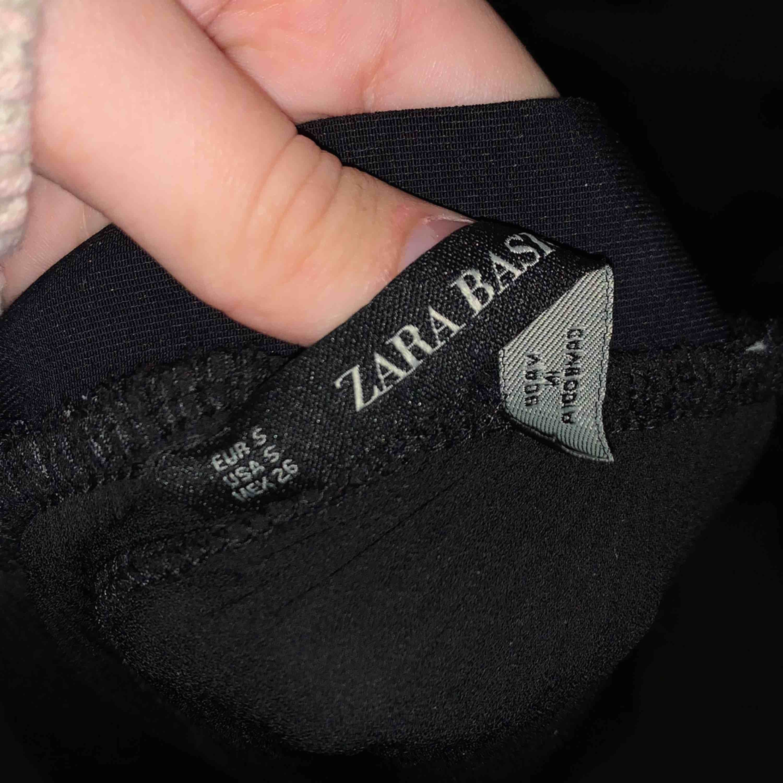 Byxor från zara basics storlek S aldrig använda. Jeans & Byxor.