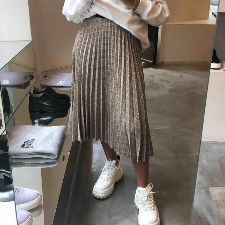REPOST: Beige, rutig plisserad kjol från Bershka! Använd väldigt få gånger så i princip nyskick!  Jag är storlek XS/S men behövde strl M i denna för resoren i midjan kan va svår att få över låren!. Kjolar.