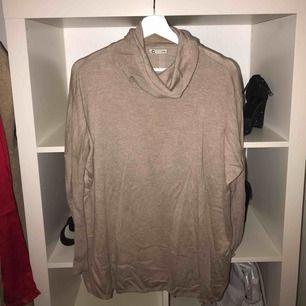 Jättemysig lite tunnare å lite längre stickad tröja från Cubus. Liten polokrage oxå men den hänger mer runt halsen. Använd några gånger förr men säljer nu pga använder inte alls längre.