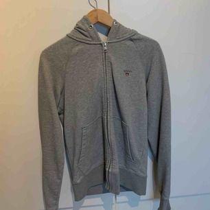 Gant hoodie köpt för 1 år sedan använt några gånger har inga skador.