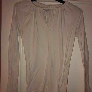 Fin vit tröja/blus har en öppning vid bröstet och endast använd en gång💛💛
