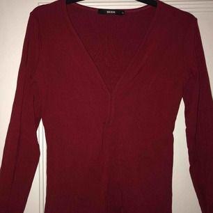 En fin ribbad, vinröd tröja, med djup urringning och ett fint skick🕊🕊