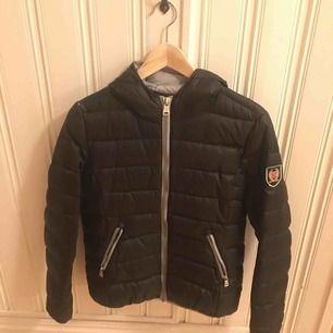 Köpt på Jackan.Com, vinter jacka / dunjacka. Typ aldrig använt. Köpt för cirka 1500 kr.