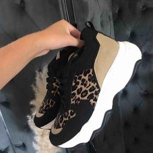 Säljer ett par helt nya skor från NAKD! Fick hem fel storlek o sen dess har de tyvärr stått original pris 699kr säljer för 400kr + 50kr frakt, storlek 39 som nya