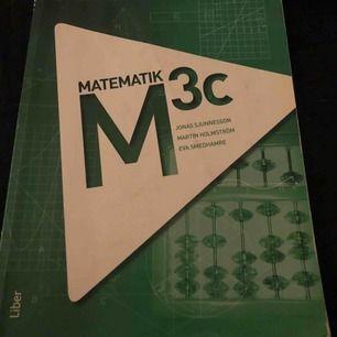 Matte 3c bok. Boken har sett bättre dagar men är ändå i ett hyfsat skick! Finns några vikta sidor och kladd i boken