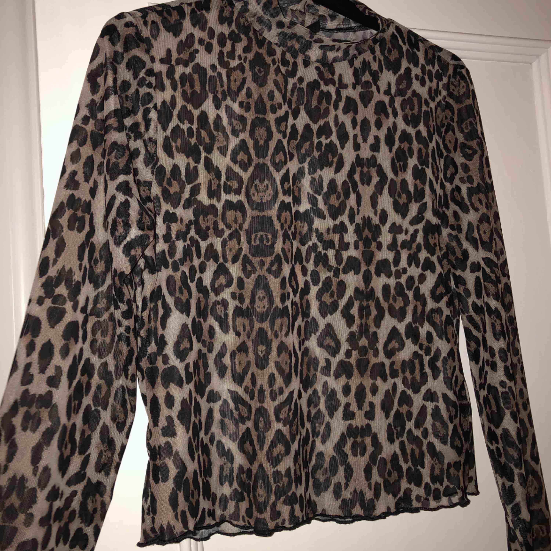 Ball och festlig mesh topp i leopard mönster🐆🐆 skulle säga att tröjan passar alla mellan S-L beroende på hur man vill att den ska sitta🥰 endast prövad. Toppar.