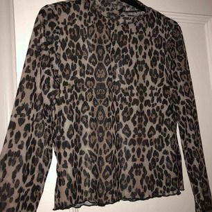Ball och festlig mesh topp i leopard mönster🐆🐆 skulle säga att tröjan passar alla mellan S-L beroende på hur man vill att den ska sitta🥰 endast prövad
