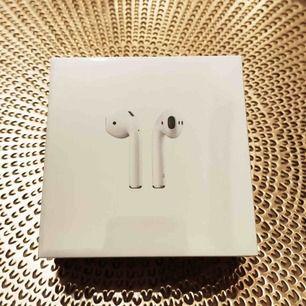 knappt använda airpods helt felfria säljer dom för har ingen användning av dom, äkta! kvitto skickas med!