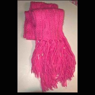 Mysig lång neon rosa halsduk! 😍🤩 Katt finns i hemmet! Kan fraktas men du själv står för frakten 45 kr!