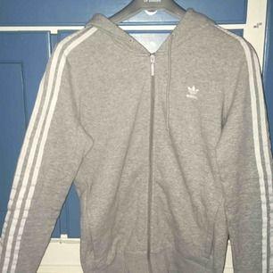 Grå adidas zip-hoodie! Knappt använd, som ny! Säljs då den är för stor för mig!