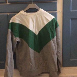 Sweatshirt från Pull&Bear. Storlek XS men passar även en storlek S. Säljes då den inte används längre! Använd fåtal gånger, fortfarande i fint skick! :)