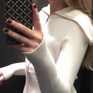 Jättefin och mysig Zara knit i krämvit färg, köpt förra året och använd ca 5 gånger, strl M, originalpris 350kr, (köparen står för frakt) ☺️skriv om ni har några frågor