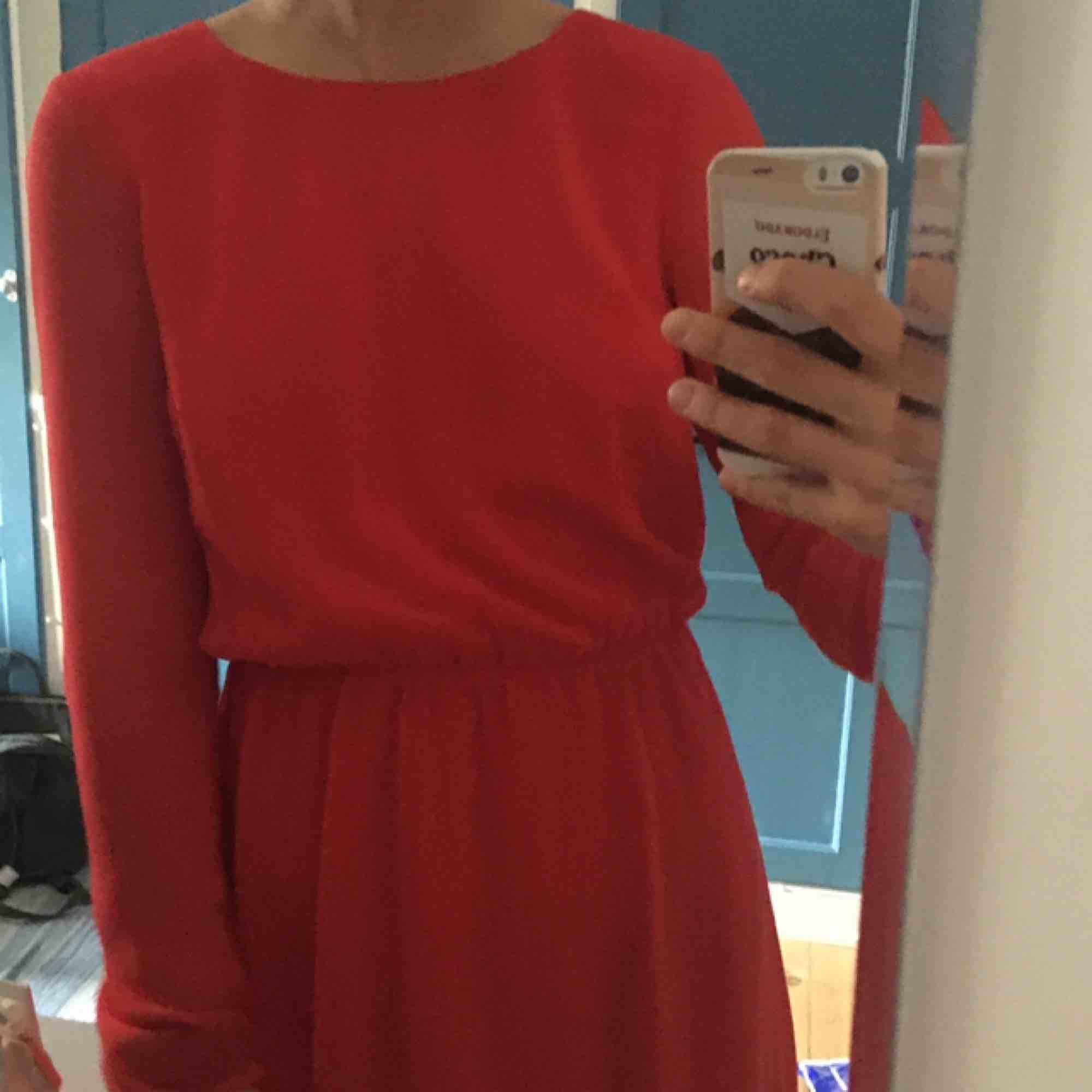 Röd klänning från bikbok! Använd en gång, säljes pga för liten. Färgen på klänningen är som första bilden. . Klänningar.