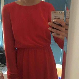Röd klänning från bikbok! Använd en gång, säljes pga för liten. Färgen på klänningen är som första bilden.