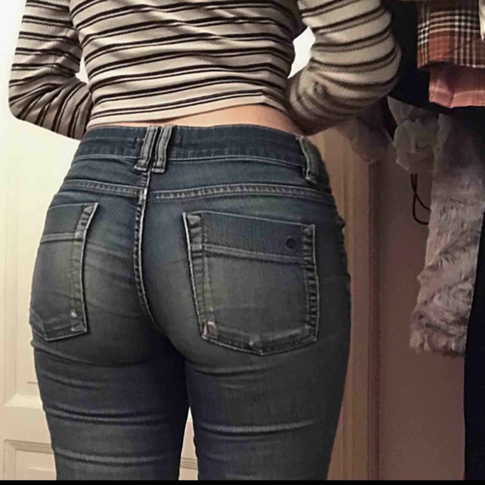 Lågmidjade DENIM jeans med hål på knäna. Jättesnygga och ger även baksidan en fin form!!  🤘🤘🤘 . Jeans & Byxor.