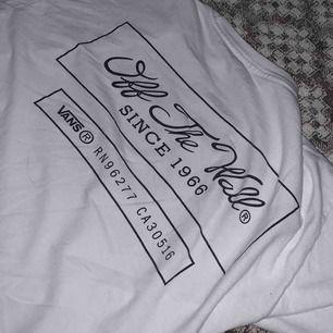 Sällsynt och vintage t-shirt från Vans. Köpt i Miami. Sparsamt använd, perfekt skick. 100kr eller högsta bud.