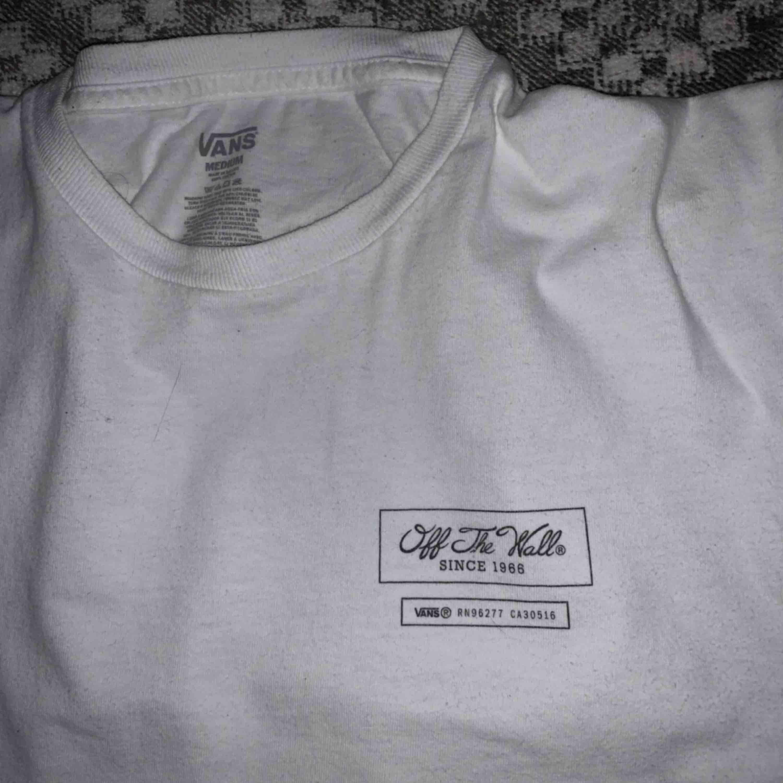 Sällsynt och vintage t-shirt från Vans. Köpt i Miami. Sparsamt använd, perfekt skick. 100kr eller högsta bud. . T-shirts.