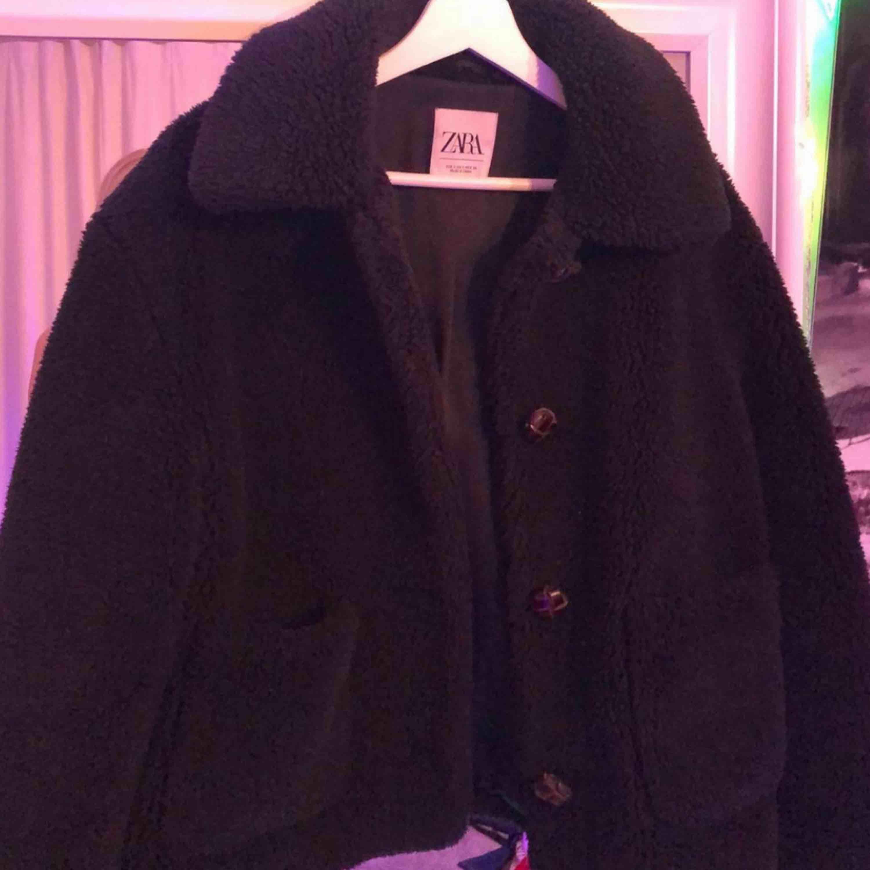 Fluff jacka från Zara, använd bara ca 3 gånger! Den är svart och storlek S. Köparen står för frakt! Annars möter jag upp i sthlm 💕. Jackor.